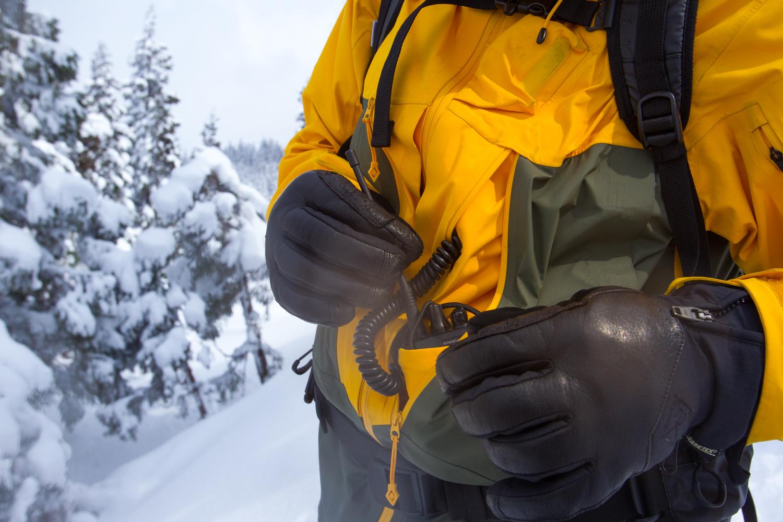 AK457のジャケットに装備されているトランシーバーポケット。本体は大型ポケットに固定し、マイクはジャケット内を通って胸元のマイクポケットへ。装備を雪にぬらすことなく、確実に操作できる細かな配慮の積み重ねだ