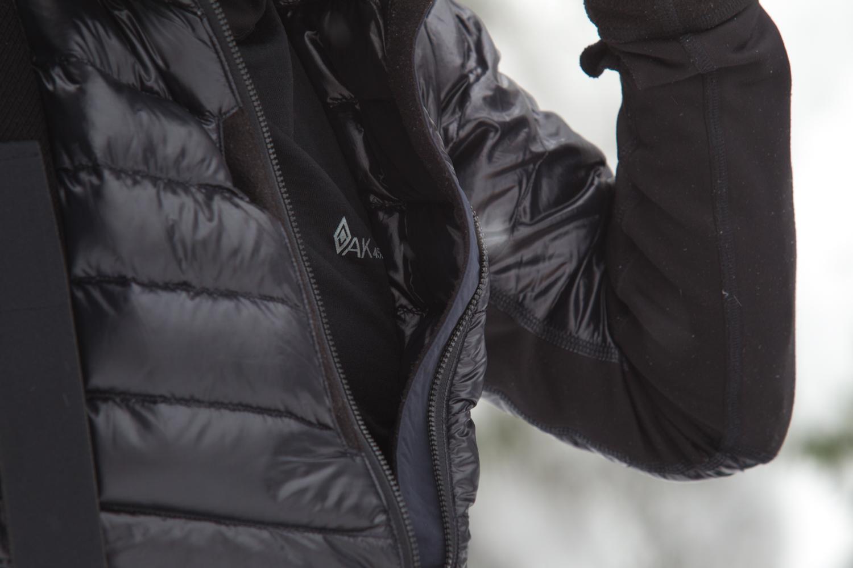 ハイブリッドジャケット。脇の下の素材が変わっていることがよく分かる。名前の通り、撥水加工を施した軽量ナイロンリップストップ素材とPolartecR Power DryR ストレッチベロアジャージとをハイブリッドで使い分け、保温性と汗ぬけの良さを両立させた