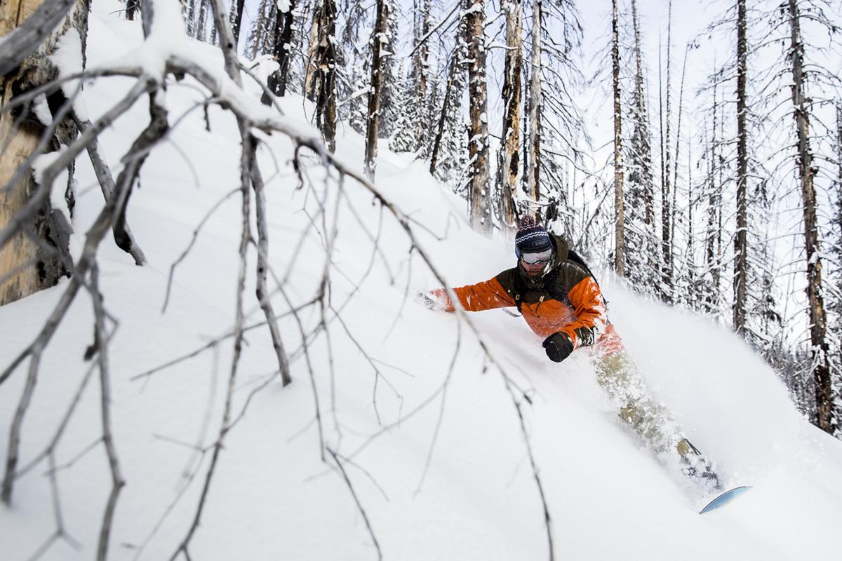 BURTON社を支えながらも自らがライダーとしても活動を続け、数多くのスノーボードの旅を続けている