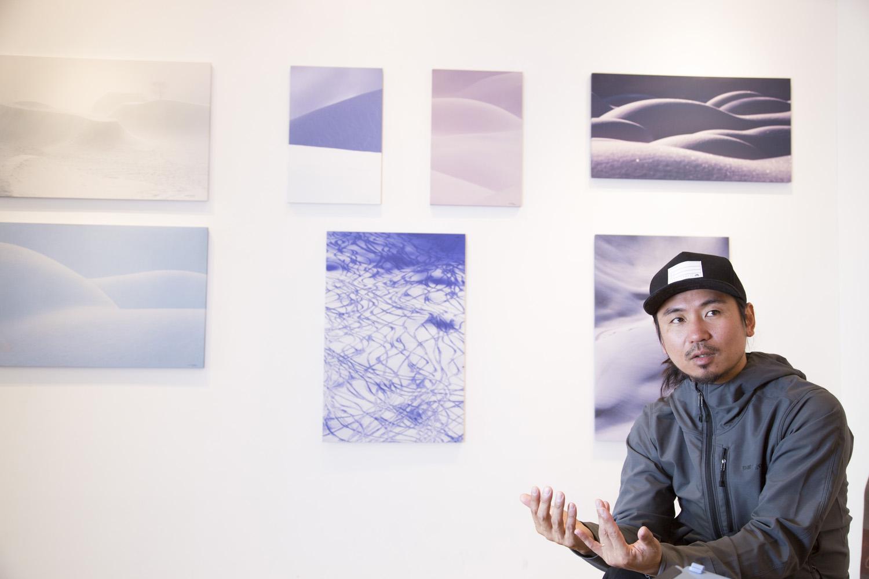 遠藤 励氏のテーマであり、作風である曲線の美しさが表現された数々の作品が彼の後ろに並ぶ