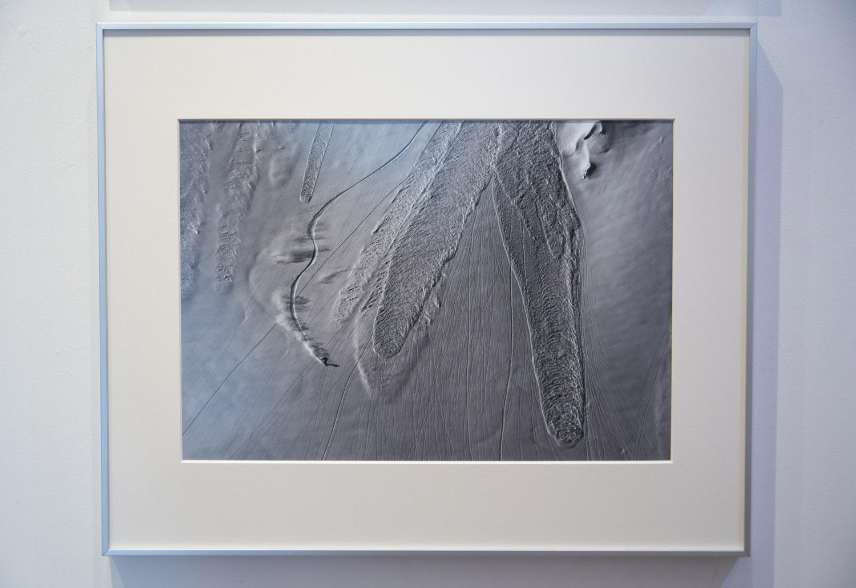 この作品は2013年に白馬・八方で撮影された三宅恭太のライディング写真。ライダー自身が持つ個性を最大限に写し出された1枚。作品タイトル「Skanda」