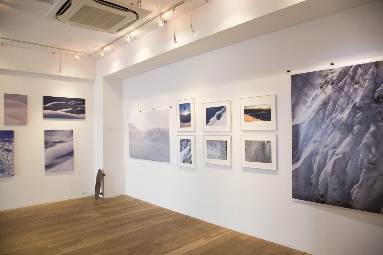 1月に開催された「Art of snow players」の会場。今回はここでの空間とのマッチングや色のバランスを意識し34枚の作品がテーマごとに並べられた