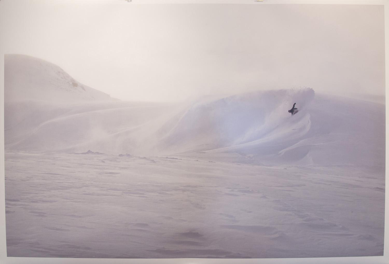 ライダーとフォトグラファー、お互いのチャンネルがあってこそ最高の瞬間が生まれる。この日は数人で山に入り、この1枚のみ撮影できたという奇跡的な美谷島 慎のライディング写真。作品タイトルは「White wave」