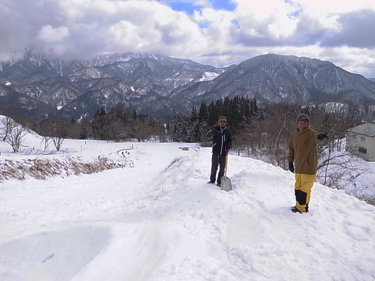 雪板コース創作中の五明敦史と小松吾郎