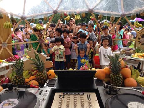 子供(小学生まで)は入場無料という事もあり、キッズの参加が多いのがビギニングの特徴。たくさん遊んだ後はフレッシュなフルーツ食べ放題でビタミンをゲット!!新しい体験に思いっきり楽しみ笑顔で応えてくれる子供達のパワーが本当に凄いんです!