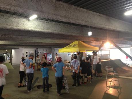 会場内にあるスケートボードパークではムラサキスポーツのサポートにより、誰でも参加出来るスケートボードスクールや、プロライダーのデモンストレーションが行われている。またさまざまなプチイベントが開催され、参加した子供達には協賛メーカー様より豪華商品をもらえるチャンスもありますよ〜!