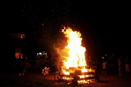 キャンプと言えば〜夜はキャンプファイヤーで大盛り上がり!そして目の前で打ち揚げられる迫力満点の花火も開催決定です。家族で過ごす忘れられない夏の休日をお約束!