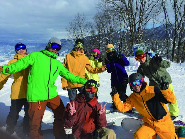 毎週の日帰りツアーや長野・北海道ツアーなど、シーズン中は頻繁にツアーを開催。何よりも滑ることを大切にしているのがBACKBONE