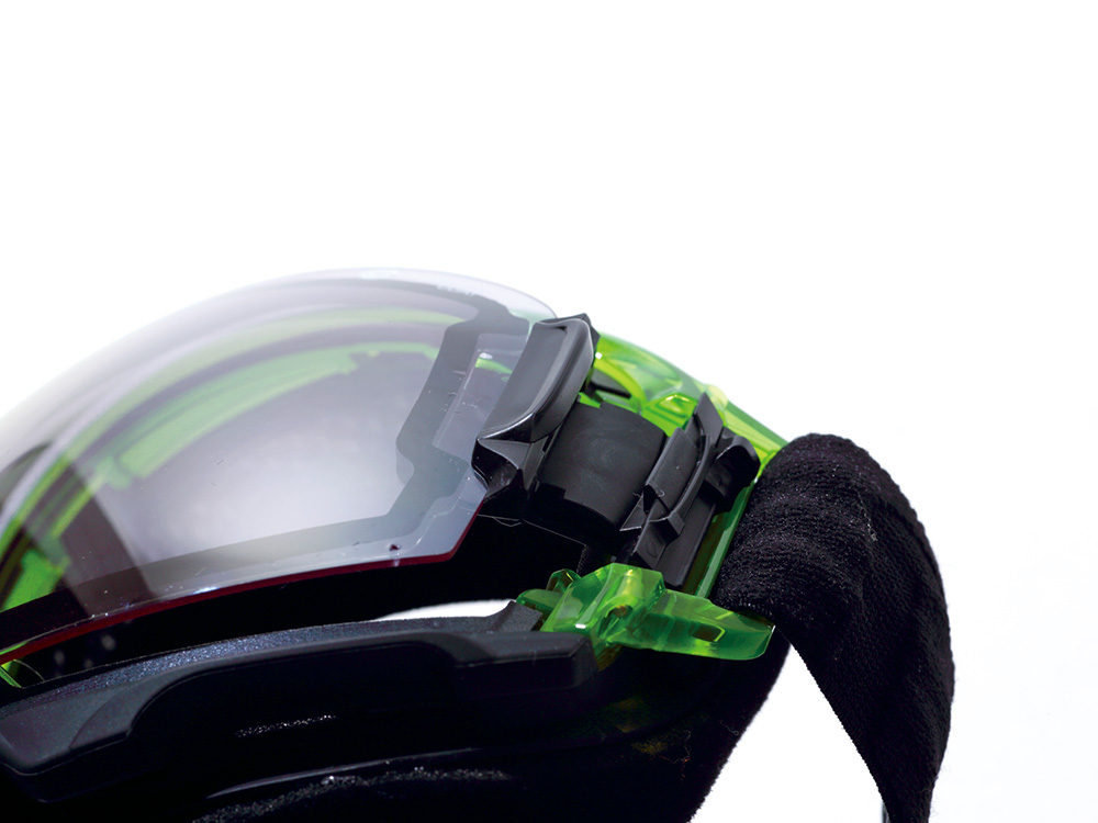 サイドのスライダーを操作することで、簡単にレンズの脱着が可能な独自のシステム。操作は簡単でスムーズ