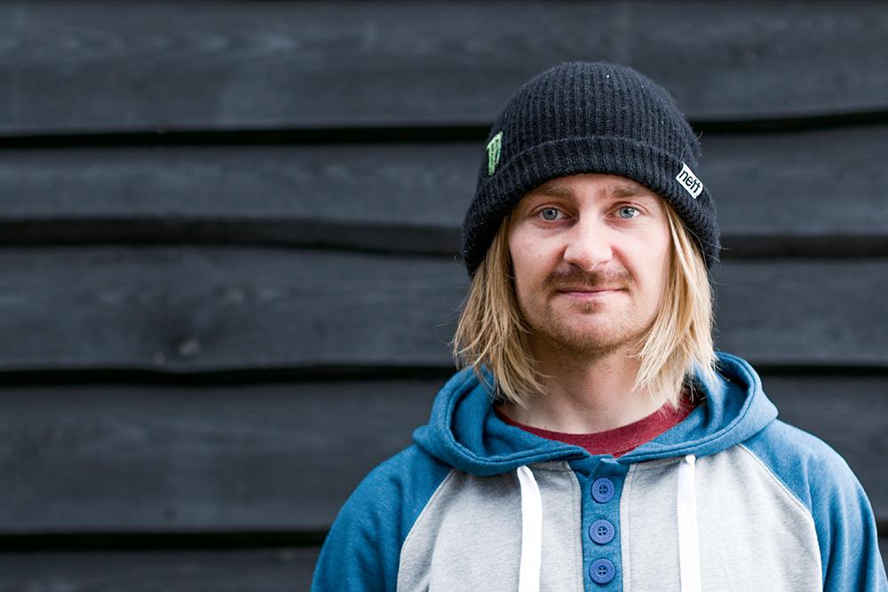 EIKI HELGASON エイキ・ヘルガソン アイスランド出身のプロスノーボーダー。高いライディングスキルで世界中が注目するライダーのひとり。ストリートで見せるトリッキーな動きは誰も真似できない