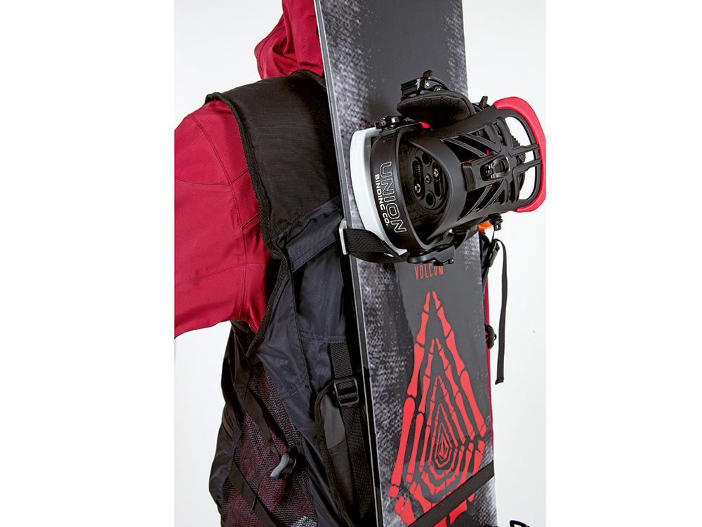 バックパックなしでもスノーボード用ストラップでハイクも楽