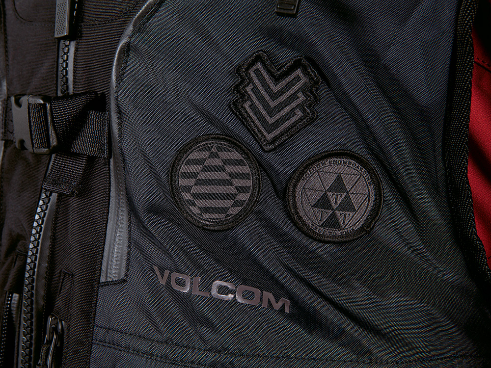 胸元には3つのバッチが付いた遊び心のあるデザイン