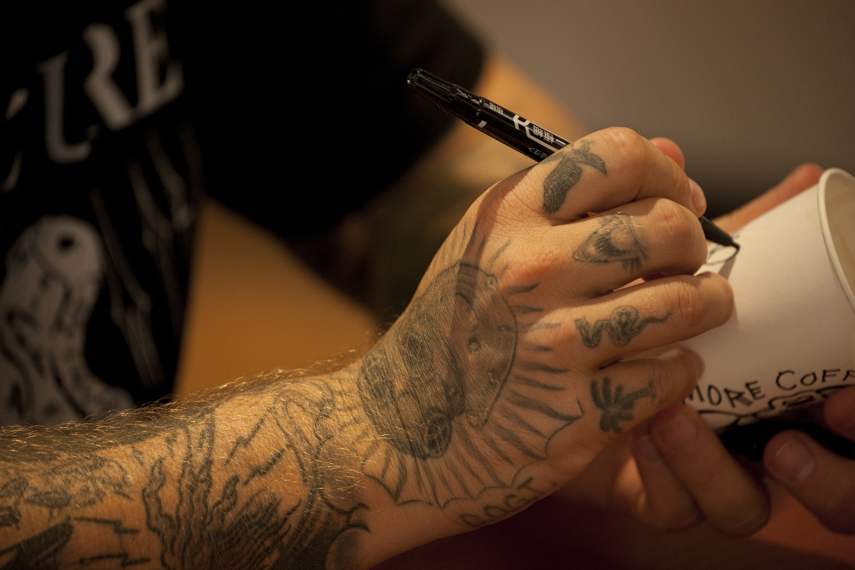 タトゥーアートに影響を強く受け、白と黒の2色で自分のアートを表現する