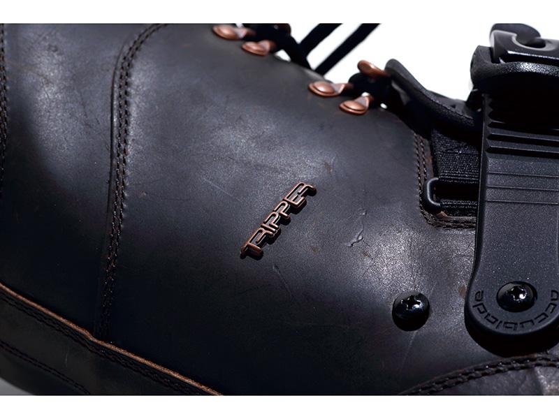 オイルドレザーを採用したブーツPREMIUM TRIPPER ABはチームライダーたちの大きなフィードバックから生まれたフレキシブルなライディングを可能にするブーツ。使えば使うほど味がでる
