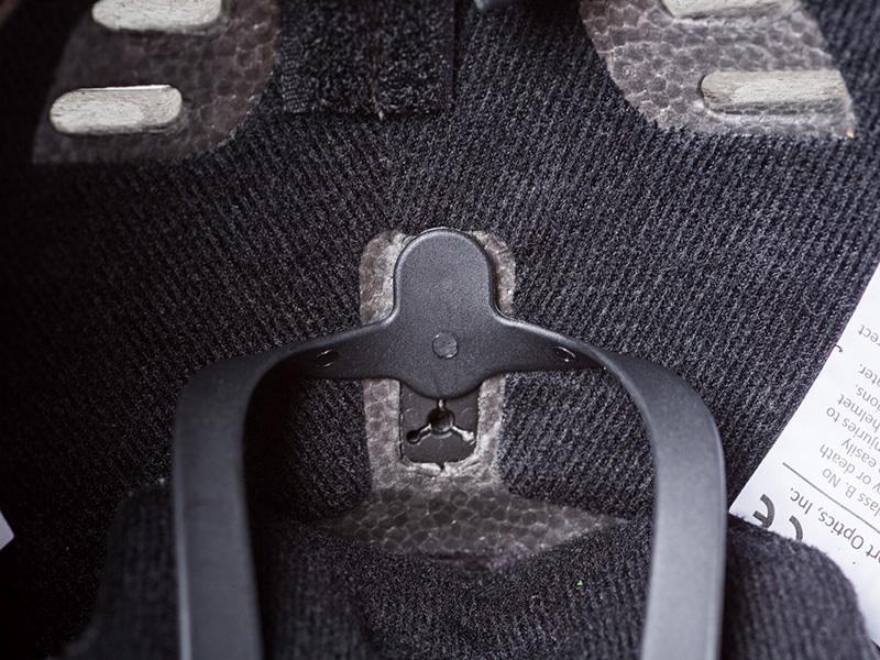 LIFESTYLE FIT SYSTEM シンプルな上に充分に機能するフリースタイルヘルメット用のフィット・システム。伸縮性のあるラバーバンドが頭にフィット。ヘルメット内部の調節穴のポジションを変えるだけで左右、上下のサイズ調整が可能。また、使用者の動きによってラバーが動くため空中でのパフォーマンスも妨げない