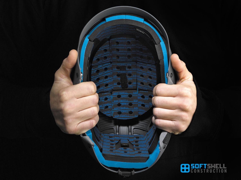 ソフトシェル構造 通常ヘルメットは衝撃を受けた際、割れる事で衝撃を逃がし頭部を守る構造を持つ。だが、このソフトシェル構造は特殊な衝撃吸収ライナー(ビニールニトリル製の衝撃吸収ライナー)とGIRO独自のアウトシェルを組み合わせる事で、衝撃を逃がしつつも割れにくく、ソフトシェル構造以外のモデルよりも買い替えサイクルが長いという特徴を持つ