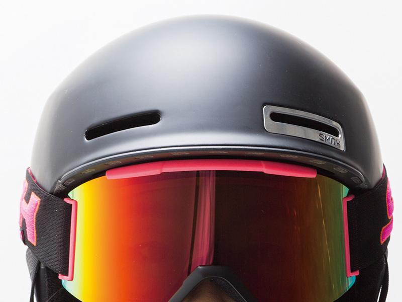 ULTIMATE INTERGRATION SMITHではヘルメットとゴーグルは別々のものでなく、両方が一体となって機能するようにデザインを考えている。ゴーグルのベンチレーションを塞がないことで、ゴーグル単体での使用よりも効率的な空気の流れを作り曇りなどを解消。ゴーグルとヘルメットの隙間ない一体感を追求した開発がおこなわれている