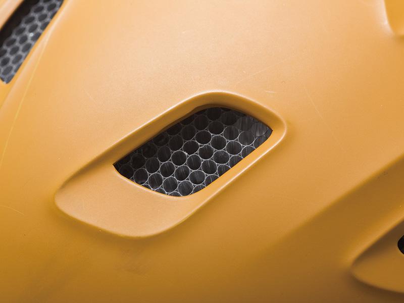 エアロコア構造 Koroyd®というハニカム構造のマテリアルにEPSコアを結合させることでヘルメット内部の温度調整と高い衝撃耐久性を実現。通常より30%以上も衝撃吸収力を向上させ強度を上げたことにより、より多くのベントホールを設けられ、ヘルメット内部への風の流れを向上させゴーグルの曇りを解消
