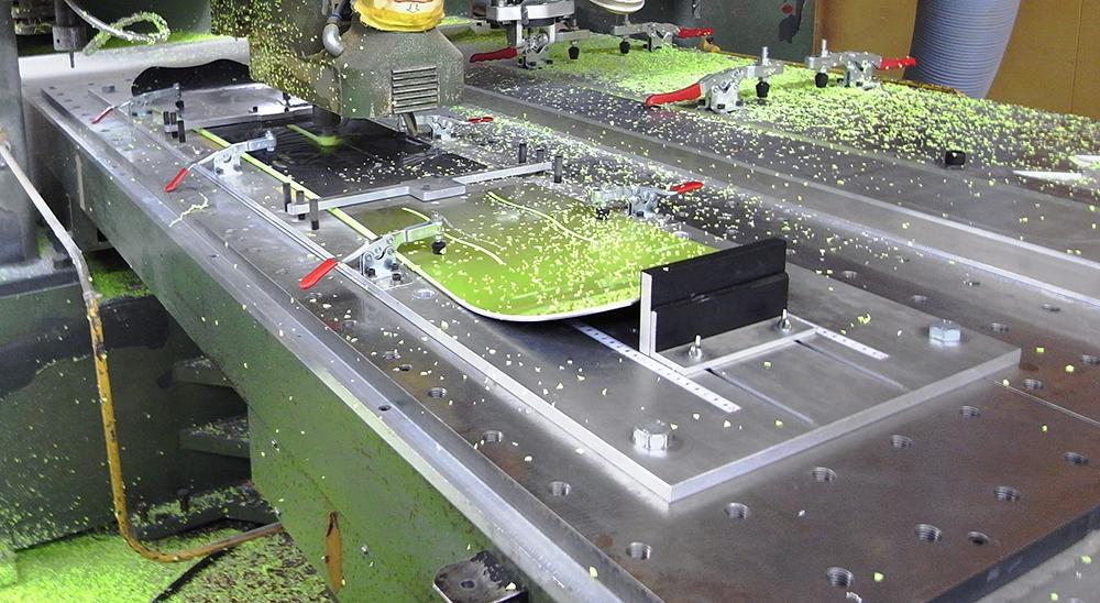 コンピューター制御のNC加工機を使用し、SLOT、GROOVEシステムの溝切りが慎重におこなわれる