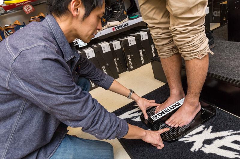 DEELUXE専用のゲージを使って足の実寸サイズを測る