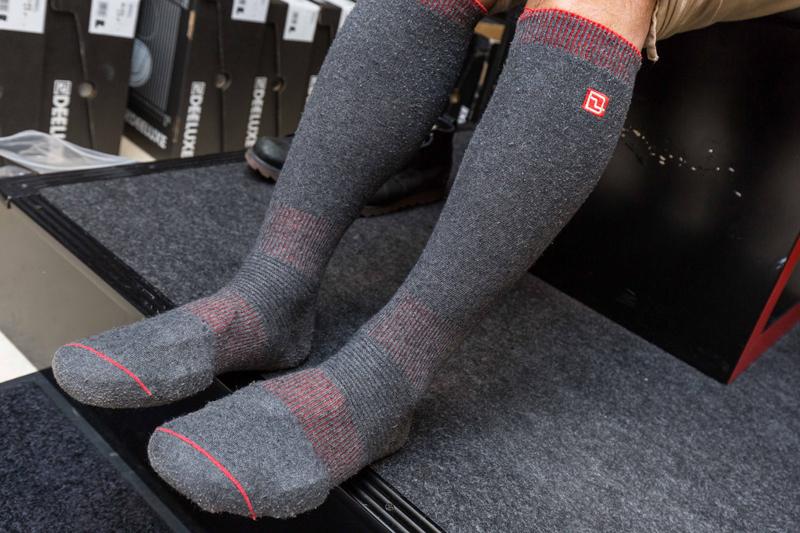 DEELUXE専用の薄い繊維を使用したサーモソックスを履く