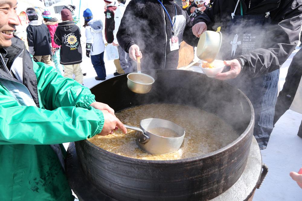 毎年恒例の、「大釜豚汁の2000人分」振舞いは、岩岳名物です