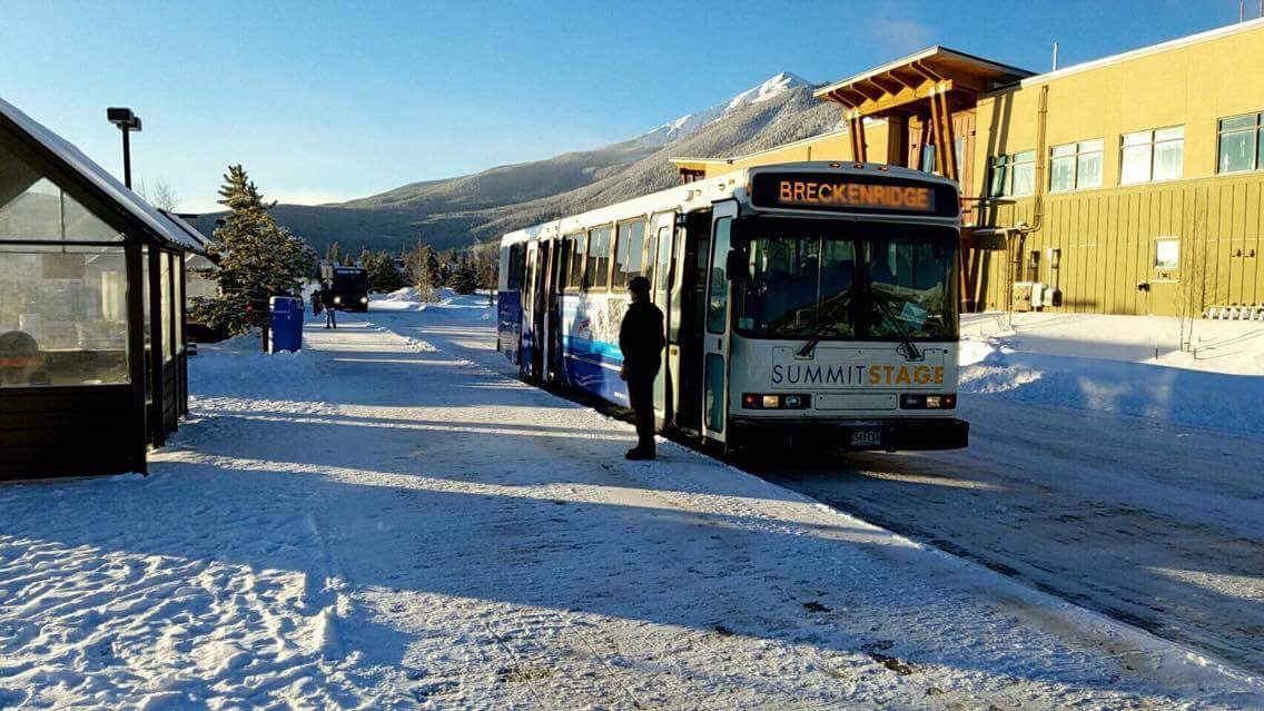 ここはFrisco station。30分に1本の無料シャトルバスが街中を走っている。このバスで Keystone Breckenridge Cooper などの様々なスキー場に行くこともできるし、アウトレットなどで買い物したい時もこのバスを利用して行くことができるのでかなり便利だ。