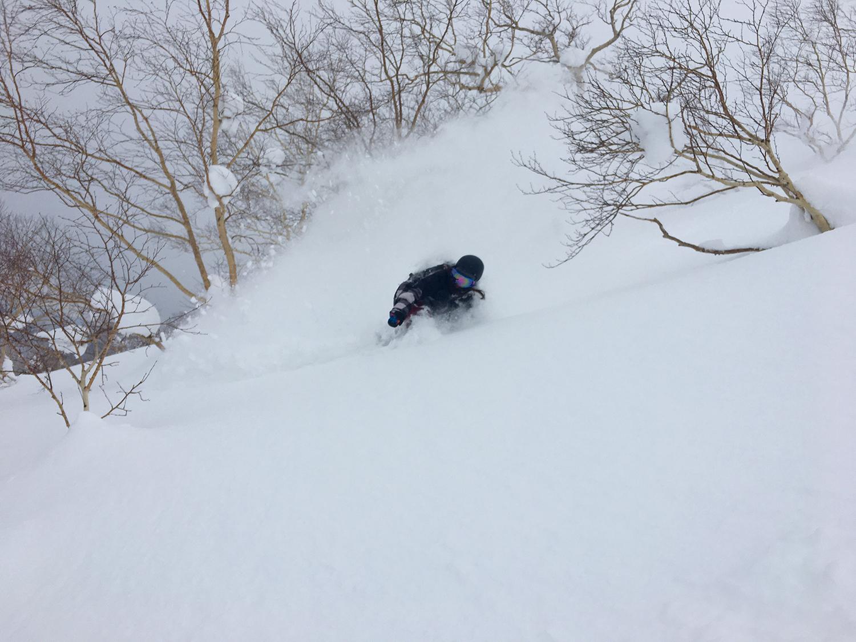 自分の体の何倍もの雪煙を上げることができるのは雪が軽い証拠。上田ユキエ