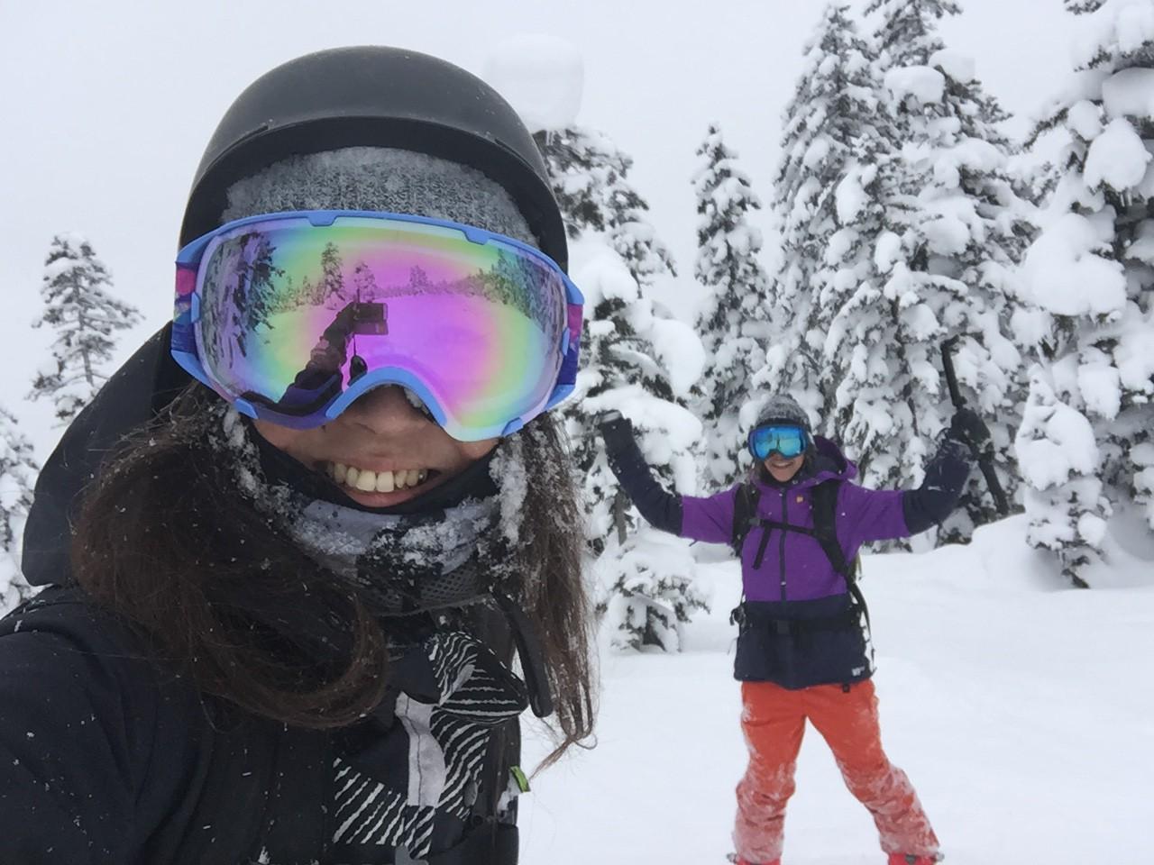 大人になっても嬉しくってこんな笑顔がこぼれてしまう。スノーボードは私たちを少女に返らせてくれる魔法だ