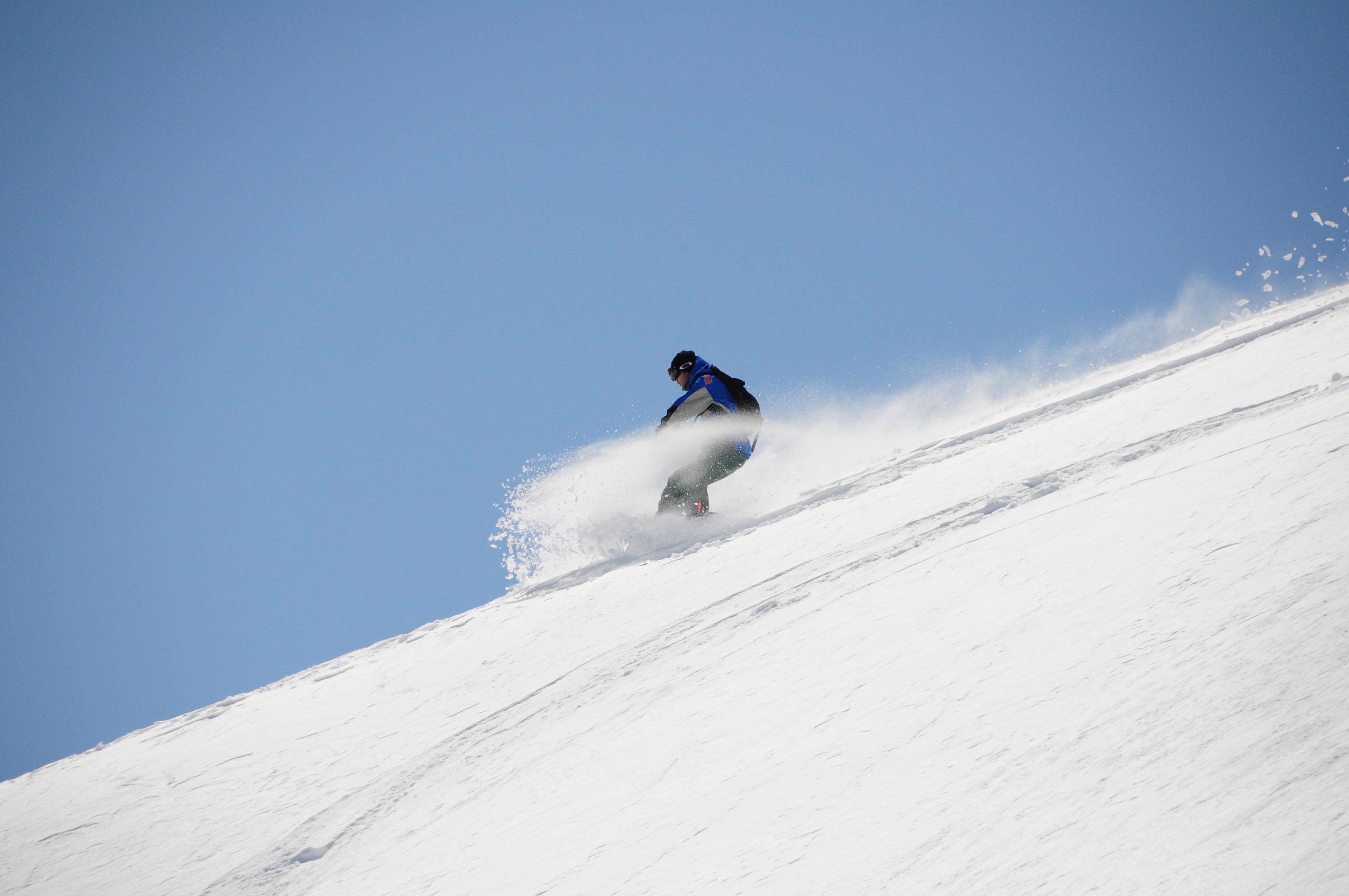 山に降雪があればこの時期ゲレンデでは味わえない極上パウダーを味わえる