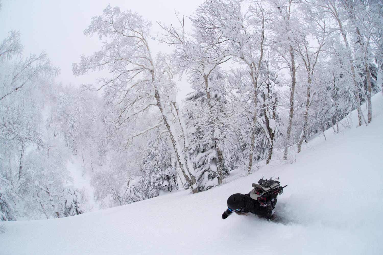 ノートラックのこの斜面に飛び込んでいく気持ち良さがたまらない。上田ユキエ Photo: Takahiro Nakanishi
