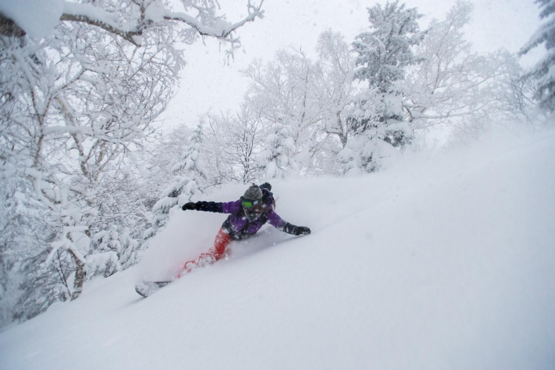 深い雪に深くターンをする水上真里 Photo: Takahiro Nakanishi