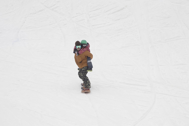 鈴木裕司は子供をおんぶしながら滑ってきた