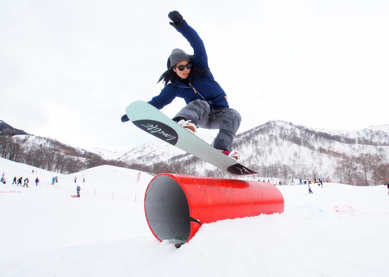 プロスノーボーダーのスタイリッシュな滑りを間近で見られるのもセッションの醍醐味