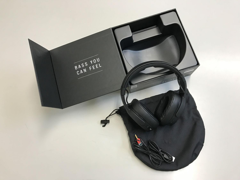 パッケージにはキャリングポーチ、3.5mmオーディオケーブル、MICRO USBケーブル