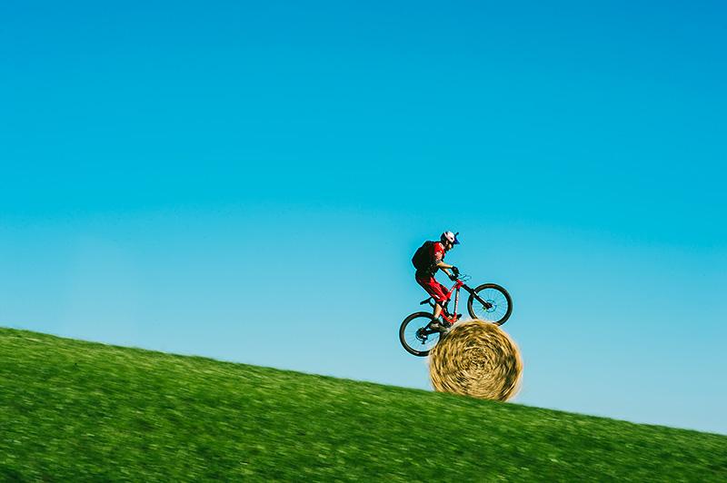 世界を代表するトライアルバイクライダーのダニー・マカスキルが、地元スコットランドの美しい田園風景の中をマウンテンバイクで走り回る