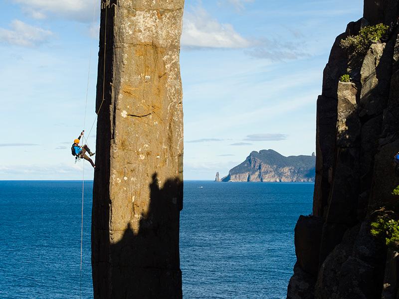 頭に落石を受け半身不随となったイギリスの登山家ポール・プリチャードが18年の月日を経て、落石のあったタスマニアのトーテムポールに再び挑む