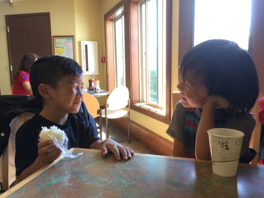 異国文化で生まれ育っていても、子供は心が通じ合うのが早い。そこにスノーボードという共通の楽しみがあれば尚更だ