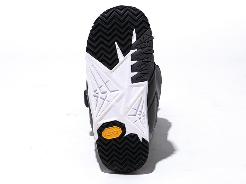 スケートシューズ感覚をもたらすLIGHT WEIGHTCONTACT OUTSOLEを搭載。さらにソールもVIBRAM®を採用したことでグリップ力が向上