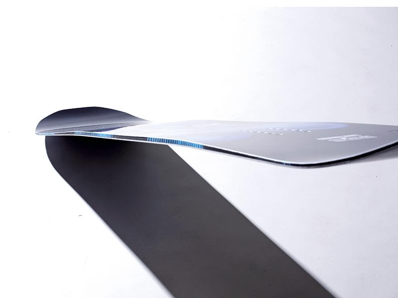 C3(トリプルキャンバー構造)+マグネトラクション/ボード全体の大きなキャンバー形状に、エッジラインの7つの異なる大きさの突起があるマグネトラクション形状を加えることでカービング性能、パウダー走破性をアップさせ、そして高いオーリーを可能にする