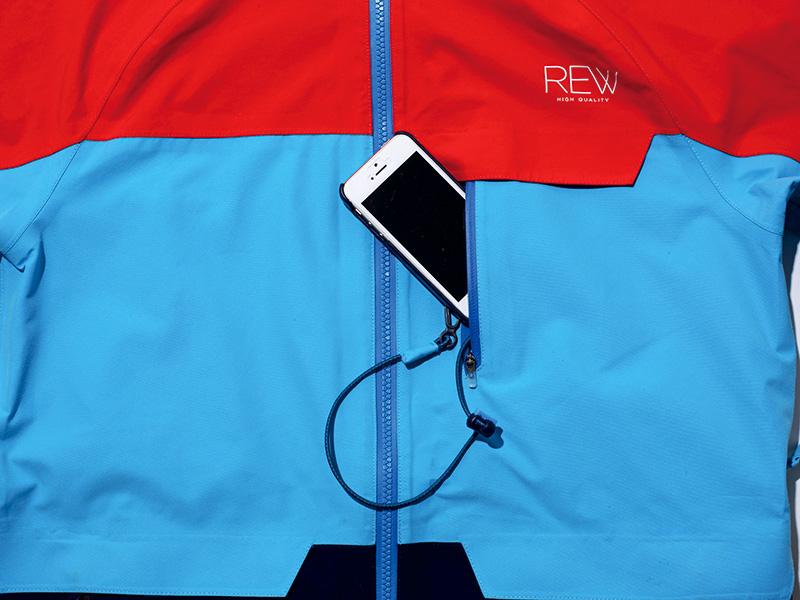 胸部に装備したモバイルポケットは落下防止コード付き。iPhone Plusまで収納可能