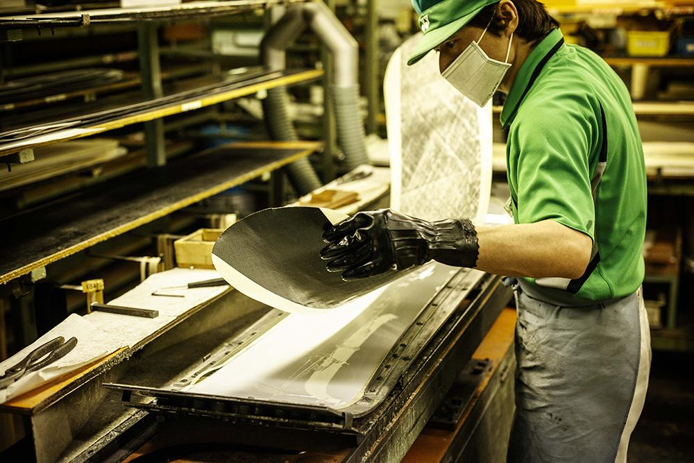 工場では熟練の技術者たちが製造に携わる。徹底した品質管理により、製品のバラつきが少ない。ある契約選手は、弊社との契約前は1シーズン20本程のボードをメーカーから提供されつつ。ヘタりや折れたりで消費してきたが、YONEXへ移籍後は年に5本程度で済むようになったという