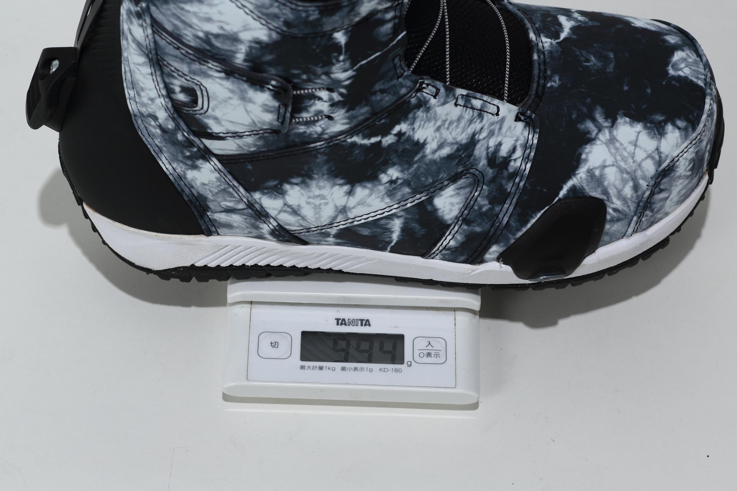 ブーツの重量は実測1,000g足らず(Ruler 27cm)ととても軽い。どれだけスマートなブーツであるかが数字に現れている