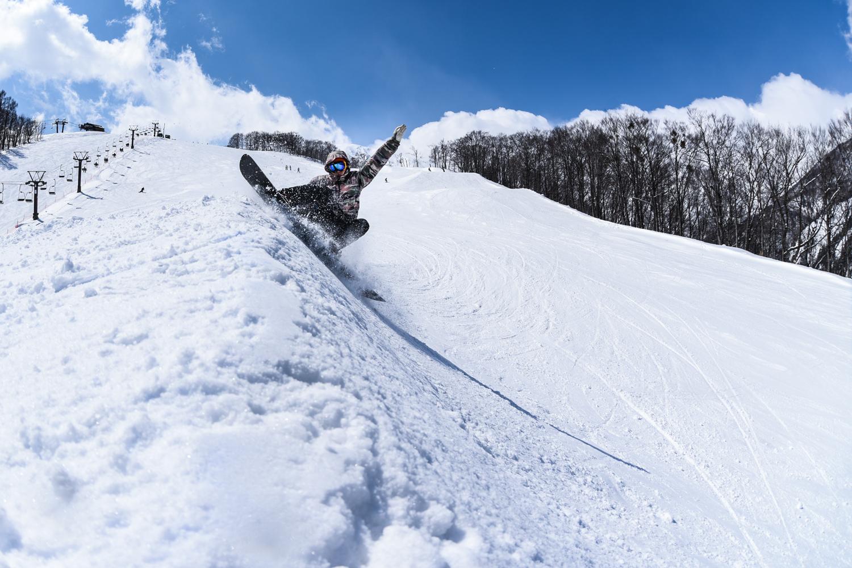 圧雪バーンでのカービングや自然地形遊びも楽しいボード