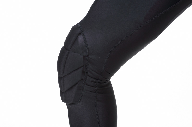 膝を大きく包み込む独特のパッド。回転技からの着地失敗など膝の横を強打することは珍しくない。そんな時にもダメージを最小限におさえこんでくれる