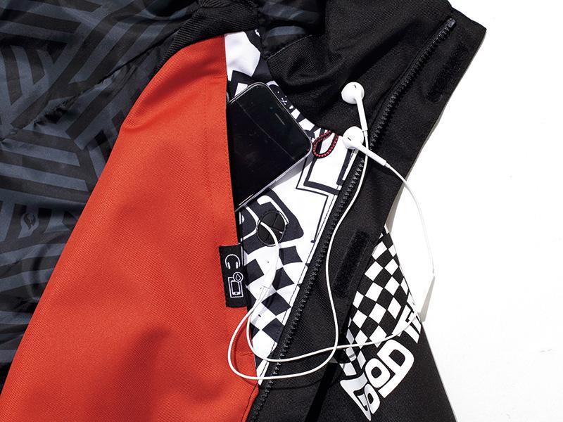 内側にスマホや音楽プレーヤーを入れるための使いやすいポケットを装備。派手目な色使いがアクセントに