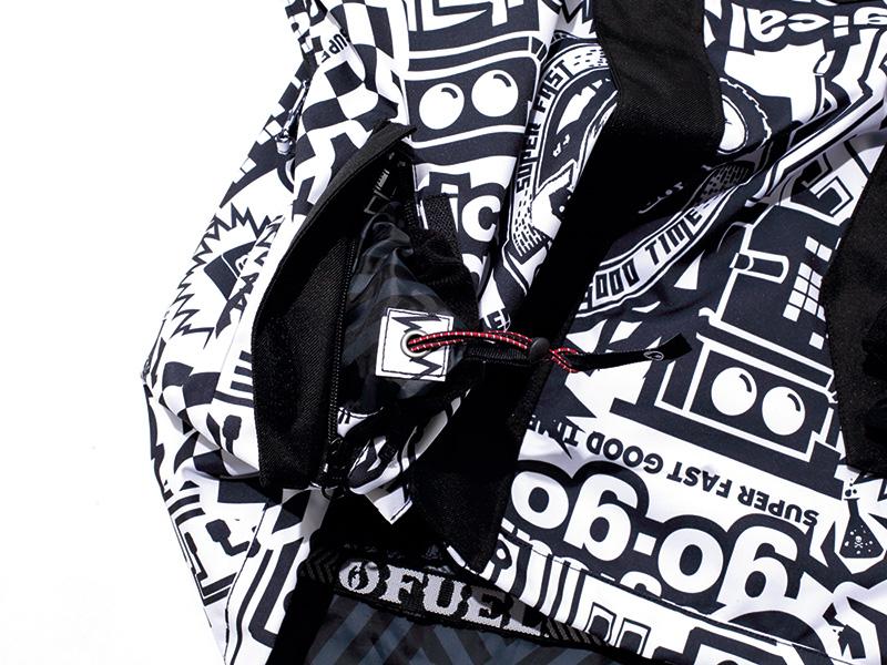 ポケット内側に付けたアジャスターコードの調整で、裾をめくらずに閉めあげることができる