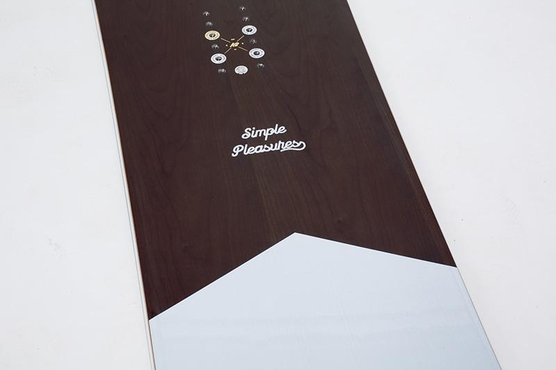 サクラ材ベニアの一枚板をデッキに。トレンドのウッド調の見ためと、躍動感に溢れた自然なライディングフィールが得られる