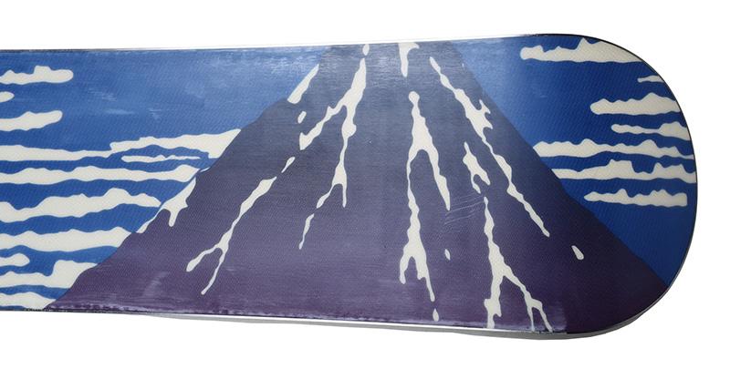 ソールグラフィックに描かれているのは葛飾北斎の富嶽三十六景の凱風快晴のパロディ。眞空雪板等らしい斬新なグラフィックが雪山で栄える