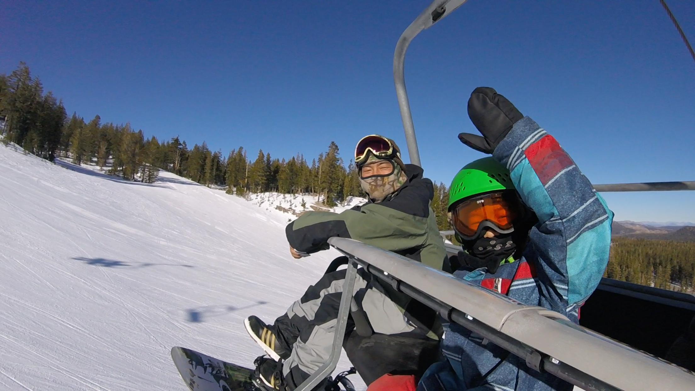 息子トラノスケとマンモスでスノーボードを楽しむカズ
